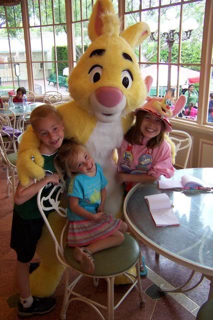 Rabbit at Disneyland Minnie and Friends breakfast 007