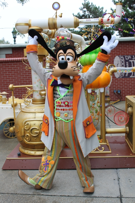 Goofy wearing his brand new Candy outfit. Goofy received this outfit in 2012 when he received a new meet'n'greet location featuring his candy making machine. In 2013 Goofy continued to meet guests at this location.