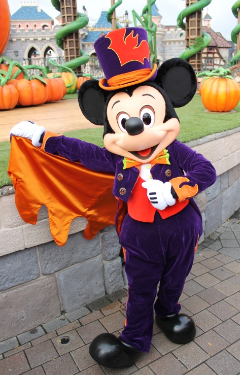 Mickey wore this outfit at the Halloween Show during Halloween Season 2011 & 2012 and the 2012 Halloween Party.