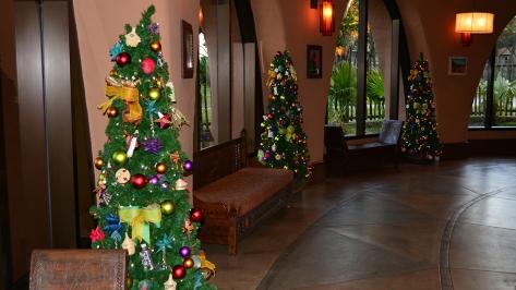 Animal Kingdom Lodge Kidani Christmas Characters and Christmas Decor (15)