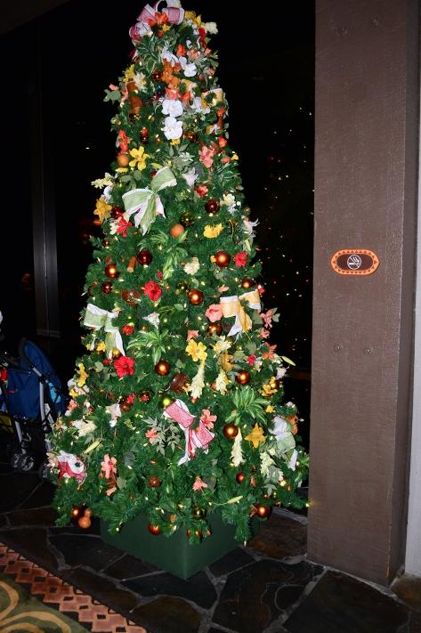 Polynesian Resort Christmas Characters and Christmas Decor (31)