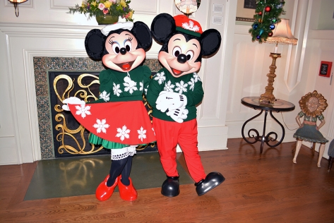 Walt-Disney-World-Boardwalk-Resort-Chrismas-Characters-Mickey-and-Minnie-and-Christmas-Decor-(2)